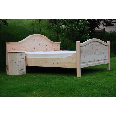 Doppelbett mit Schnitzerei aus Zirbelkiefer in Radebeul